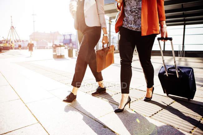Donne di affari con bagagli a piedi fuori della ferrovia stazione — Foto stock
