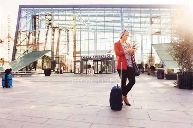 Безробітна жінка користується смартфоном. — стокове фото