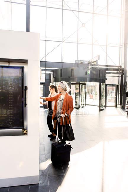 Businesswomen using ticket machines — Stock Photo