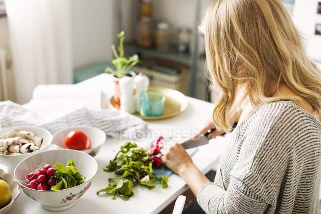 Жінка рубки овочів кухні — стокове фото