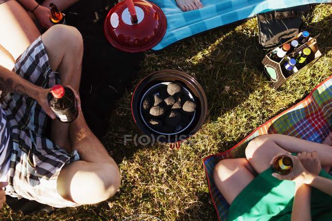 Друзья держат пивные бутылки — стоковое фото