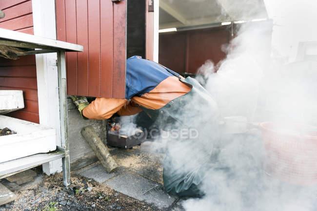 Огненный человек в окружении дыма — стоковое фото