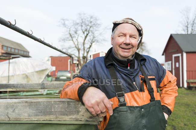 Рибалка в захисних спецодягу за межами рибної промисловості — стокове фото