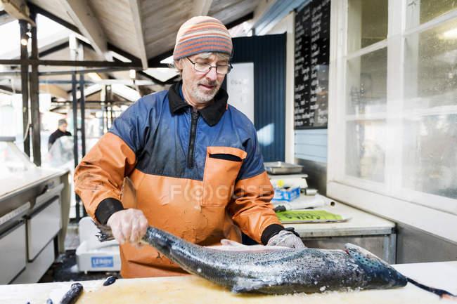 Человек чистки больших рыб — стоковое фото