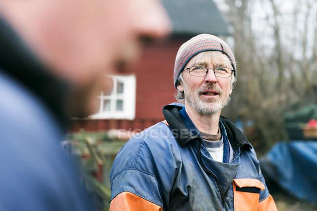 Зрелый рыбак с коллегой — стоковое фото
