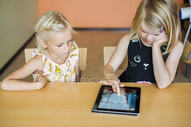 Mädchen beobachten Mitschüler zeichnen — Stockfoto