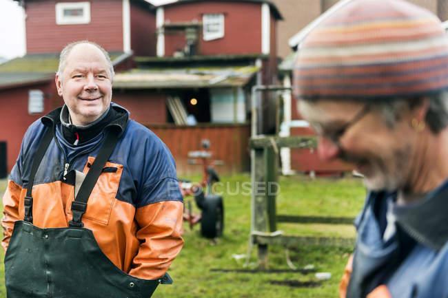 Рыбак смотрит на коллегу-мужчину — стоковое фото