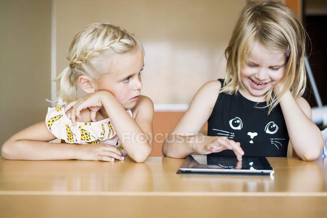 Camarade de classe à l'aide de la tablette tactile — Photo de stock