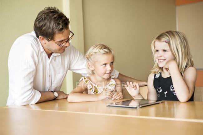 Lehrer mit Mädchen mit Tablet-PC — Stockfoto