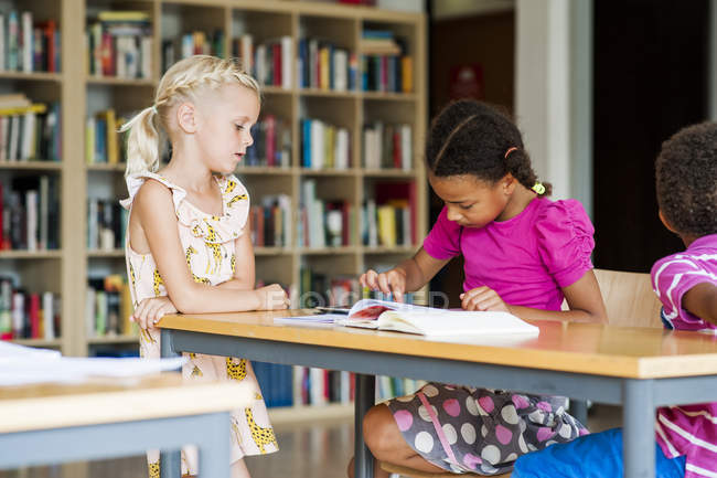 Девушка с цифровым планшетом в классе — стоковое фото