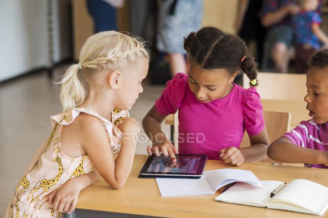 Діти з допомогою цифровий планшетний в класі — стокове фото