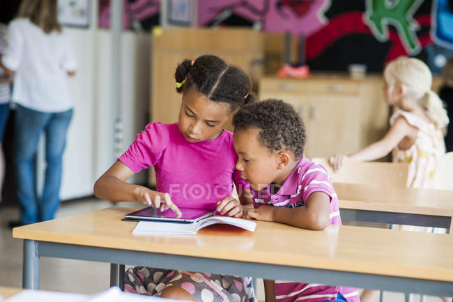 Jungen und Mädchen, die mit digitalen tablet — Stockfoto