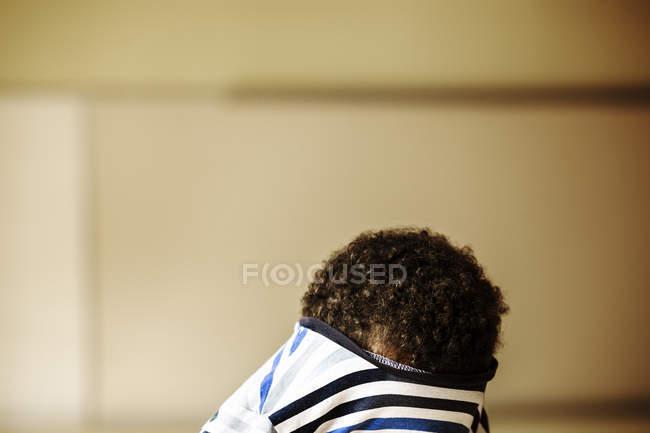 Boy hiding face in t-shirt — Fotografia de Stock