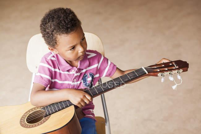 Boy playing guitar — Stock Photo