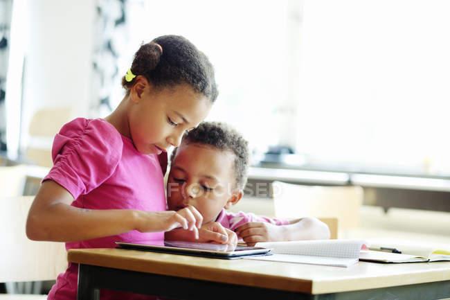 Crianças usando tablet digital — Fotografia de Stock