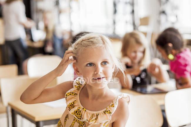 Menina, coçar a cabeça — Fotografia de Stock