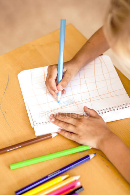 Girl drawing with colored pencils — Stock Photo