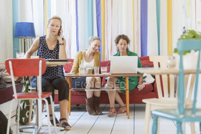 Полная длина в кафе — стоковое фото