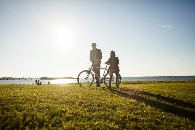 Couple with bicycle — Stock Photo
