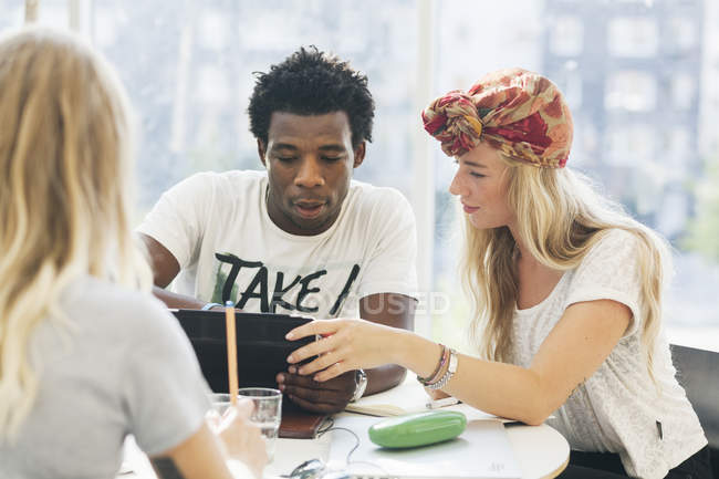 Multiethnischen College-Studenten — Stockfoto