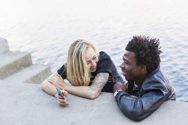Glückliche multiethnische Freunde — Stockfoto