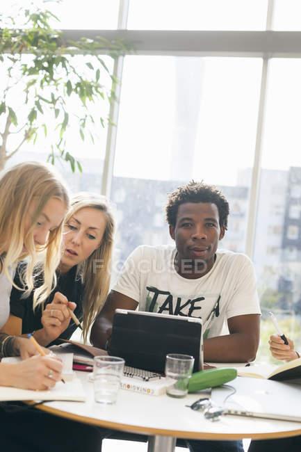 Männliche Schüler mit Freundinnen — Stockfoto
