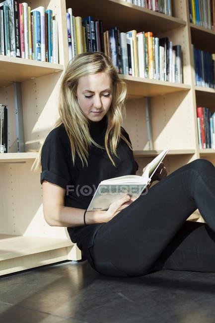 Livre de lecture des étudiants dans la bibliothèque du Collège — Photo de stock