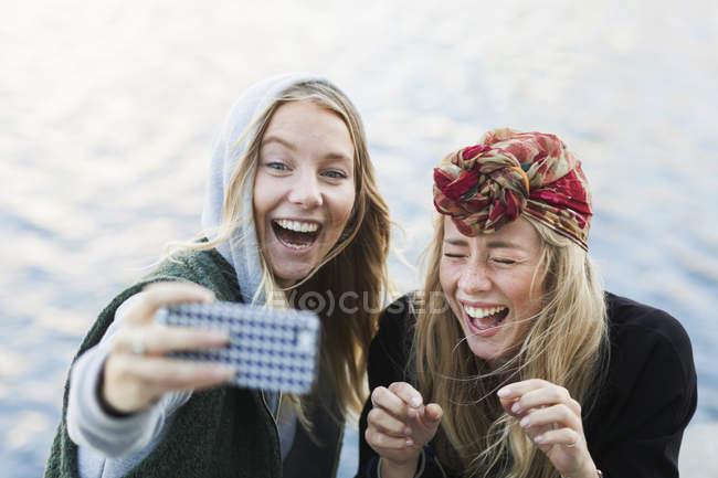 Студенти коледжу, беручи selfie — стокове фото