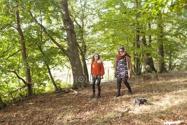 Jovens mulheres com cachorro — Fotografia de Stock