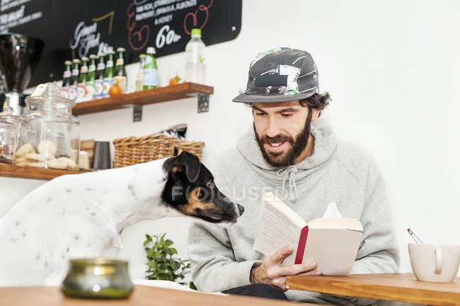 Uomo che esamina il cane — Foto stock