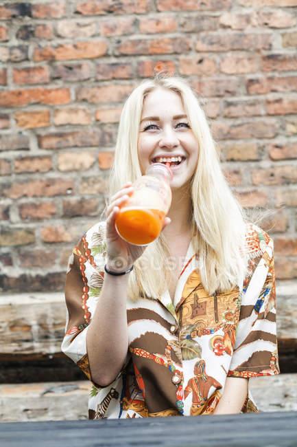 Bere succo di donna — Foto stock