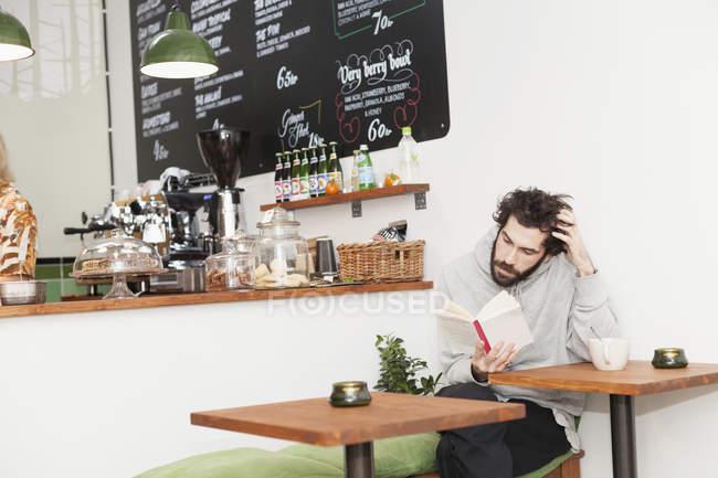 Mitte erwachsener Mann Lesebuch — Stockfoto