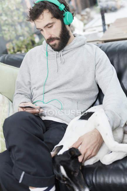 Cane che mente oltre l'uomo — Foto stock