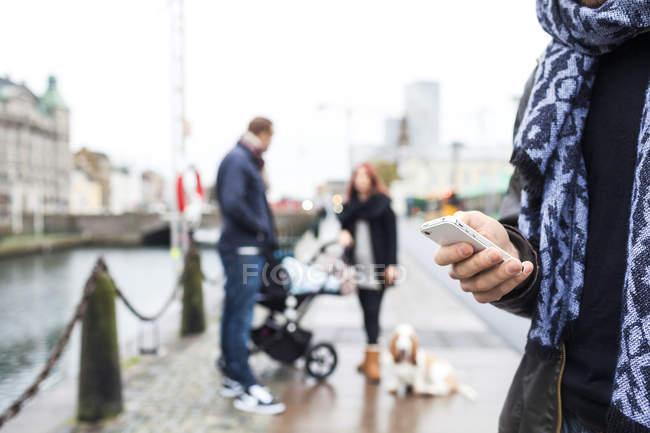 Hombre usando el teléfono inteligente - foto de stock