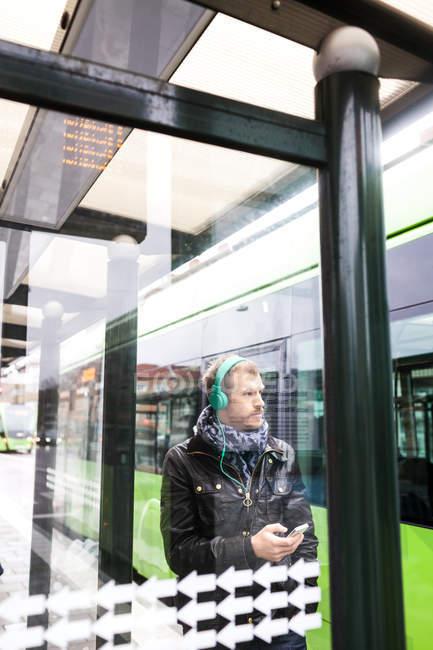 Uomo in attesa alla fermata dell'autobus — Foto stock