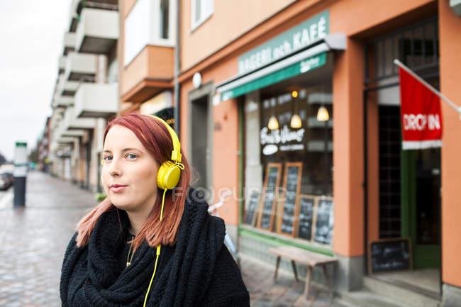 Женщина слушает музыку — стоковое фото
