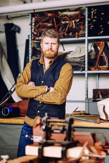 Ouvrier masculin dans l'usine sac — Photo de stock