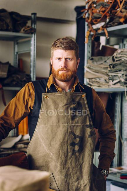 Operaio maschio in fabbrica del sacchetto — Foto stock