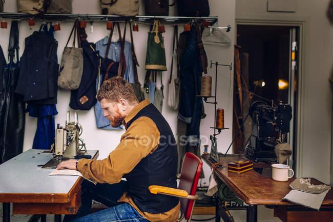 Trabalhador masculino na fábrica de saco — Fotografia de Stock