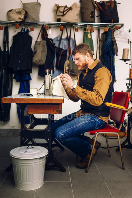 Travailleur analysant poche sac — Photo de stock