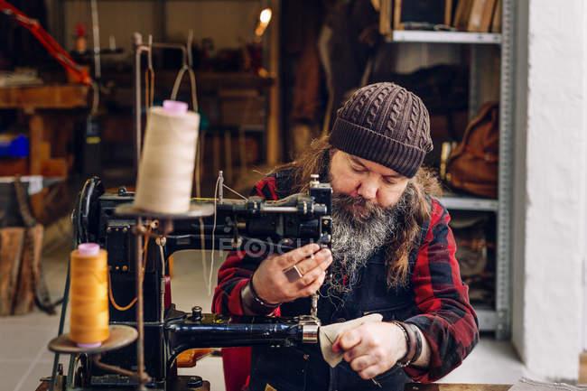 Sac à coudre ouvrier masculin poche — Photo de stock