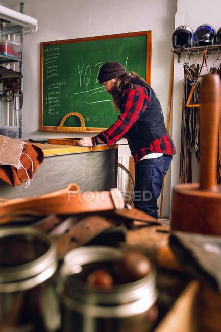 Зріла людина в мішок заводу — стокове фото
