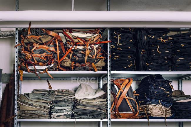 Empilement de sacs dans les étagères — Photo de stock