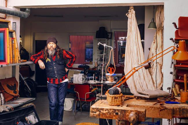 Lavoratore maturo in piedi in officina — Foto stock