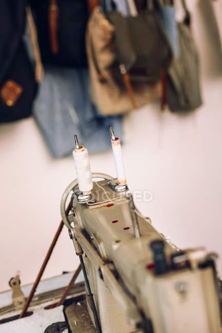 Катушки для ниток на швейной машине — стоковое фото