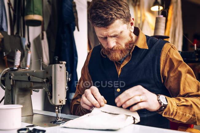 Trabalhador fazendo saco — Fotografia de Stock