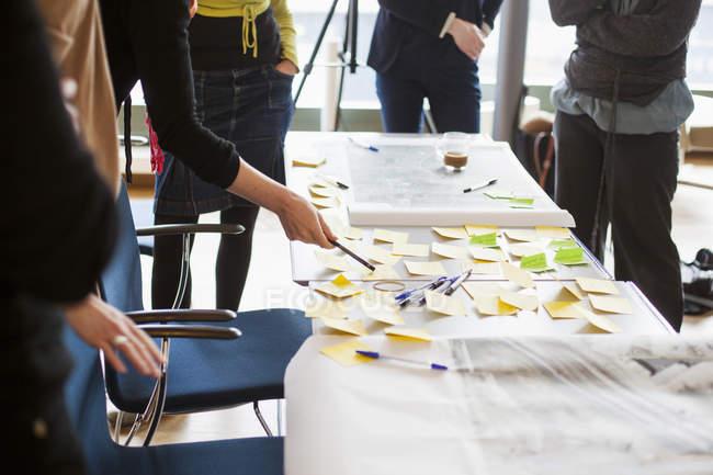 Бизнесмены вырабатывают стратегию с помощью липких заметок — стоковое фото