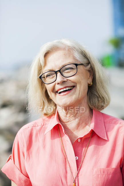 Femme senior souriante — Photo de stock