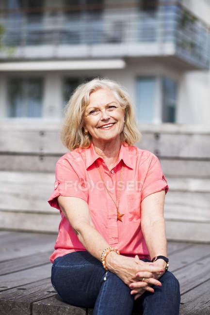 Glückliche senior Frau — Stockfoto
