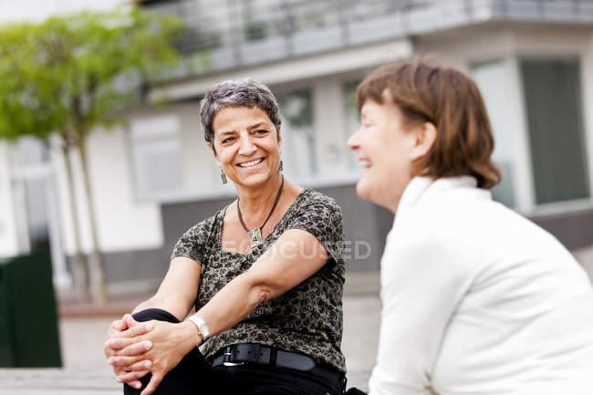 Жінка з подруга — стокове фото